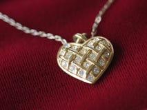 Collana del cuore su colore rosso Fotografie Stock Libere da Diritti