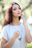 Collana del gioielliere con l'anello sul bello modello della donna Immagine Stock