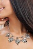 Collana del gioielliere sul collo del ` s della donna Fotografia Stock