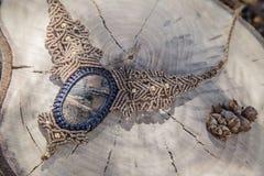 Collana del macramè con la pietra preziosa minerale naturale fotografia stock libera da diritti