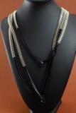 Collana del ` s della donna sul manichino di cuoio nero Fotografie Stock