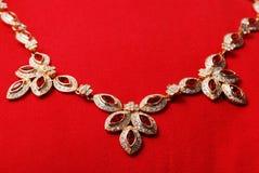 Collana dell'oro con la gemma vermiglia immagini stock