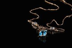 Collana dell'oro con la pietra preziosa del topazio Fotografie Stock