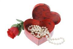 Collana della perla in contenitore di regalo Fotografie Stock Libere da Diritti