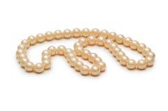 Collana della perla isolata sui precedenti bianchi Fotografia Stock