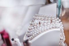 Collana della perla sul manichino bianco Immagini Stock
