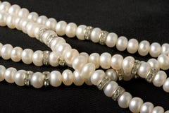 Collana della perla sul nero Fotografia Stock Libera da Diritti