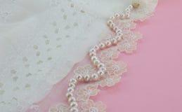 Collana della perla sul pizzo di seta d'annata della garza immagini stock libere da diritti