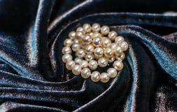 Collana della perla sul velluto Fotografia Stock Libera da Diritti