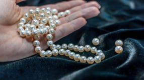 Collana della perla sul woman& x27; mano di s Immagine Stock