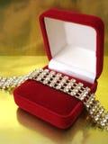 Collana di diamante in casella rossa fotografie stock