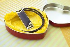 collana di legno in una casella di figura del cuore Fotografie Stock