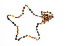 Collana di legno variopinta a forma di stella delle perle isolata su bianco Immagini Stock Libere da Diritti