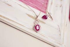 Collana di lusso con il pendente e l'anello della gemma Fotografia Stock Libera da Diritti