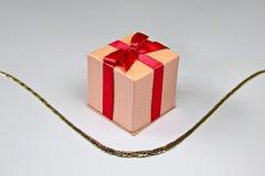 Collana dorata con il regalo Immagine Stock Libera da Diritti