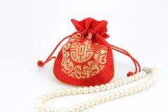 Collana dorata della perla e della borsa Immagine Stock