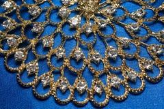 Collana dorata su fondo blu Fotografia Stock
