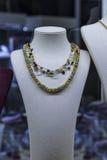 Collana dorata sulla vetrina dei gioielli in finestra Immagine Stock Libera da Diritti