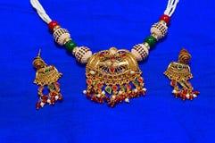 Collana ed orecchini messi, Pune Fotografia Stock Libera da Diritti