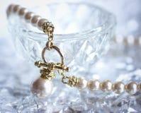 Collana elegante della perla su un fondo d'argento Fotografie Stock
