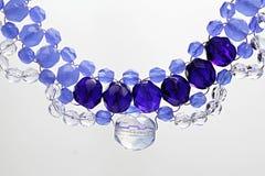 Collana fatta a mano da luce, dalle perle di vetro blu scuro e trasparenti e dal cavo dei gioielli Fotografia Stock Libera da Diritti