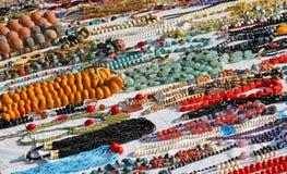 Collana fatta a mano delle perle o legno da vendere in prodotti africani Fotografie Stock