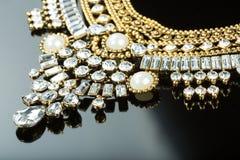 Collana femminile del metallo Su fondo nero immagini stock libere da diritti