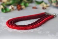 Collana in rilievo di colore rosso da tre corde Fotografia Stock