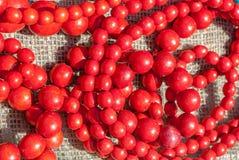 Collana rossa fatta a mano, fondo, selezione del fuoco Fotografia Stock