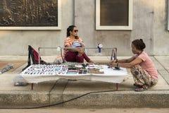 Collana tailandese non identificata di vendita della donna Fotografie Stock