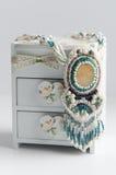 Collana tessuta fatta a mano delle perle nel contenitore di gioielli Fotografia Stock