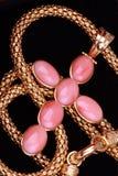 Collana trasversale dorata con le gemme dentellare preziose Fotografia Stock