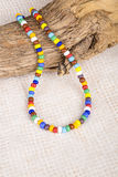 Collana variopinta fatta con le piccole perle di plastica Immagini Stock Libere da Diritti