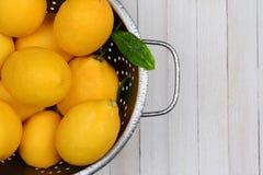 Collander por completo de limones escogidos frescos Foto de archivo