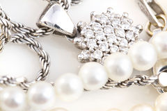 Collane, braccialetto, diamanti ed orologio Fotografie Stock Libere da Diritti
