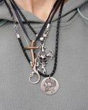 Collane d'argento della roccia sul collo della donna Immagine Stock Libera da Diritti