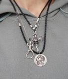 Collane d'argento della roccia sul collo della donna Immagini Stock