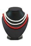 Collane della perla isolate sui precedenti bianchi Immagine Stock