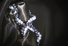 Collane della perla naturale sui precedenti di seta scuri Fotografie Stock Libere da Diritti