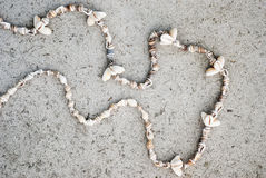 Collane delle conchiglie su un fondo grigio Fotografia Stock
