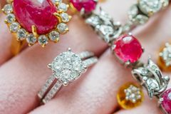Collane ed orecchino vermigli dell'anello della pietra preziosa del diamante dell'argento e dell'oro Immagini Stock