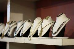 Collane indiane del progettista da vendere in una sala d'esposizione Fotografia Stock