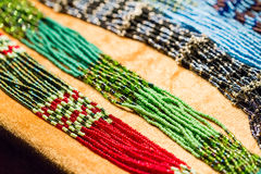 Collane nazionali della perla nei colori luminosi Fotografie Stock