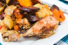 Collants rôtis de poulet avec des légumes Images stock