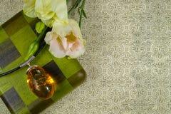Collar ambarino amarillo de la colección con las flores blancas y la caja de madera verde, disposición con el espacio del texto l Fotografía de archivo