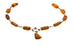 Collar ambarino de la piedra del color del oro aislado en blanco Imágenes de archivo libres de regalías