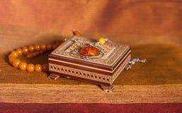 Collar ambarino en caja Fotografía de archivo libre de regalías