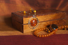 Collar ambarino en caja Foto de archivo
