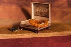 Collar ambarino en caja Fotos de archivo libres de regalías