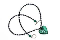 Collar cristalino del corazón del vidrio verde aislado        Fotografía de archivo